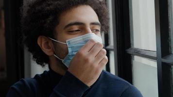 Cerca del joven hombre de Oriente Medio con mascarilla foto