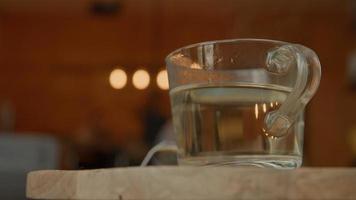 vaso de té con agua caliente foto