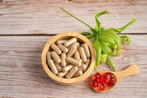 Medicina alternativa natural cápsula orgánica a base de hierbas, fármaco con hierbas foto