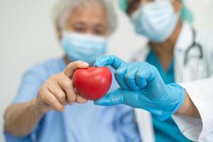 médico con ppe con máscara da corazón rojo para proteger el coronavirus foto