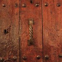 puerta de madera barnizada con tirador antiguo foto