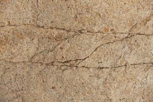pedazo de piedra con grietas foto