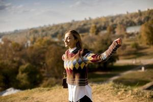 mujer joven, ambulante, exterior, en, soleado, día de otoño foto