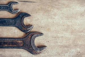 diferentes llaves viejas sobre un fondo de madera y copie el espacio. vista superior foto