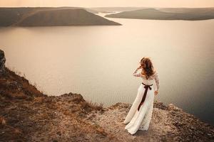hermosa novia en un fondo de montañas y ríos foto
