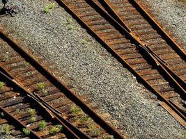 Antiguo ferrocarril oxidado de doble vía foto