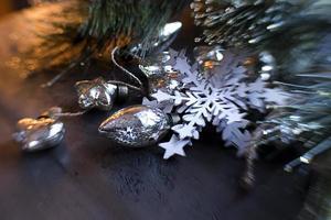 Close-up de adornos navideños con nieve de papel foto
