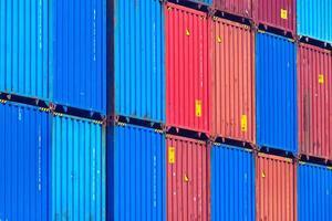 Contenedores de envío multicolores alineados foto