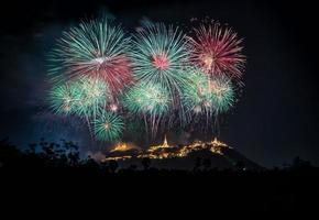espectáculo de fuegos artificiales sobre el parque histórico de phra nakhon khiri foto