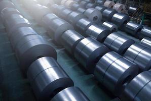 Bobina de acero laminado en frío en el área de almacenamiento en la planta de la industria del acero. foto