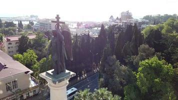 vista aérea da escultura do arcanjo Mikhail na cidade de sochi, na Rússia video