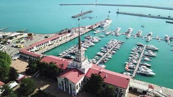 vista aérea da estação marítima - porto marítimo de sochi, na Rússia. video