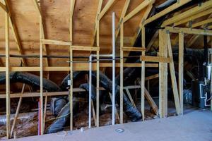 casa en construcción techo hvac instalado aire acondicionado foto