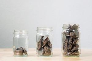 Moneda en tarro paso creciendo foto