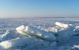 bloques de hielo en el fondo del mar congelado foto