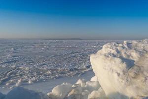bloques de hielo en el fondo del mar helado. foto