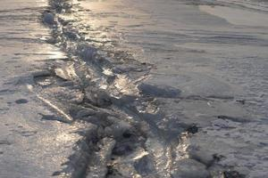 una grieta en la superficie helada del mar foto