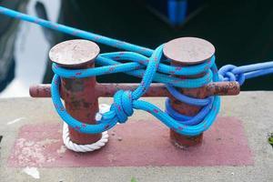la cuerda azul que ató el bote a un poste de metal foto