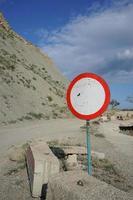 una señal de tráfico en el fondo del viejo ruinoso foto