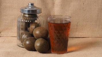 fruta de monje o luo han guo. frutos secos para una bebida edulcorante saludable. foto