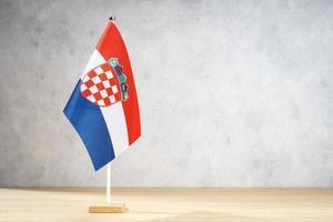 Bandera de mesa de Croacia en la pared con textura blanca. copia espacio foto