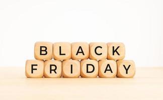 Frase de viernes negro en bloques de madera. copia espacio foto