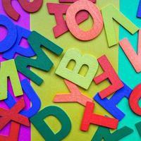 Fondo de letras de madera multicolor foto