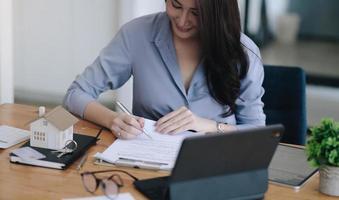 Retrato de mujer de negocios y abogados discutiendo documentos contractuales foto