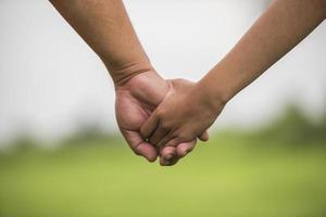 padre e hija tomados de la mano juntos foto