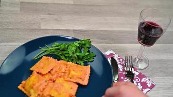 servire in tavola un piatto di ravioli video