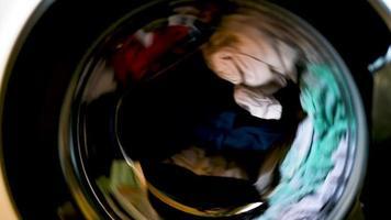 lavando o tambor que gira ao lavar roupas video
