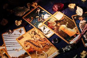 adivinar la lectura de cartas, magia de la abuela, adivinación, manos de mujeres foto