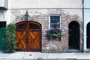 puerta de madera de la casa de ladrillo clásico foto