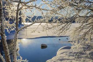 día frío en enero con el sol reflejándose en el agua. foto