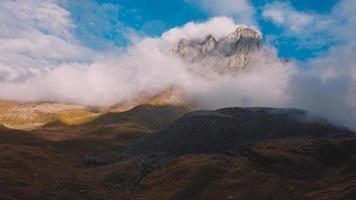antena de montaña brumosa foto