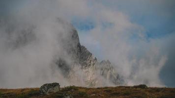 vista a la montaña brumosa foto