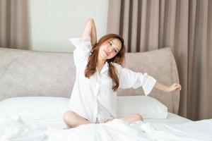 retrato, mujer hermosa, despertar, en cama foto
