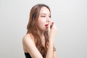 retrato, mujer hermosa, maquillaje, y, utilizar, lápiz labial rojo foto