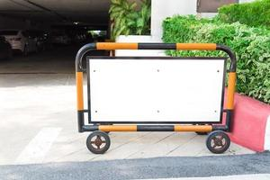 Señal de estacionamiento en blanco en frente de estacionamientos o garaje foto