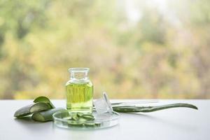Tratamientos de spa de aloe vera en mesa de madera blanca foto