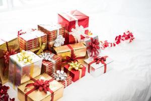 Caja de regalo sobre fondo de sábana blanca para niños sorpresa foto