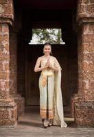 Bella mujer con vestido típico tailandés foto