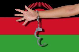 esposas, con, mano, en, bandera de malawi foto