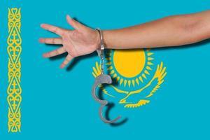 Esposas con la mano en la bandera de Kazajstán foto