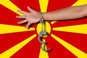 Esposas con la mano en la bandera de Macedonia foto