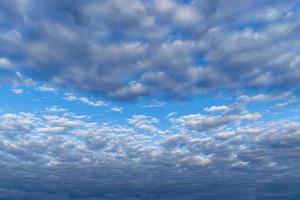 colorido cielo dramático con nubes oscuras foto