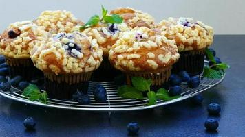 postre dulce con muffin de arándanos video