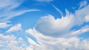 ciel bleu et nuages tourbillonnant tempête d'été video