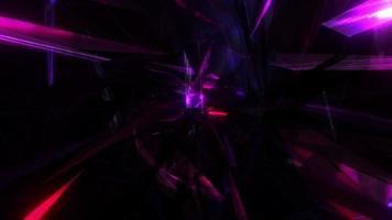 lueur rose violet rouge chaos triangle se déplaçant dans l'animation du tunnel maillé. video