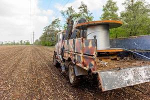 Bobina con cable de alta tensión montado en camión con ruedas foto